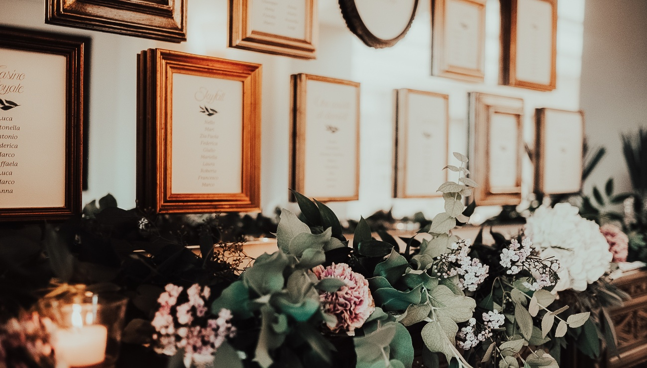 Tableau de mariage matrimonio con cornici di legno e fiori